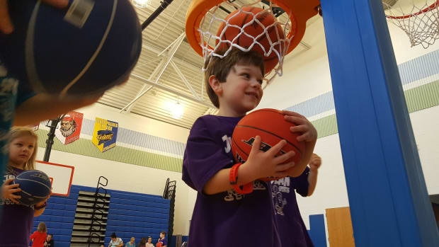 how-to-teach-young-children-to-pass-a-basketball