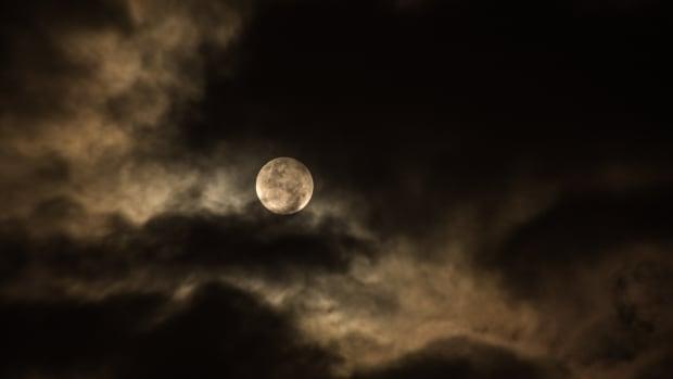 conducting-a-transformative-full-moon-ritual