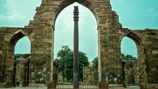 the-fascinating-secrets-of-a-1600-year-old-pillar-in-delhi