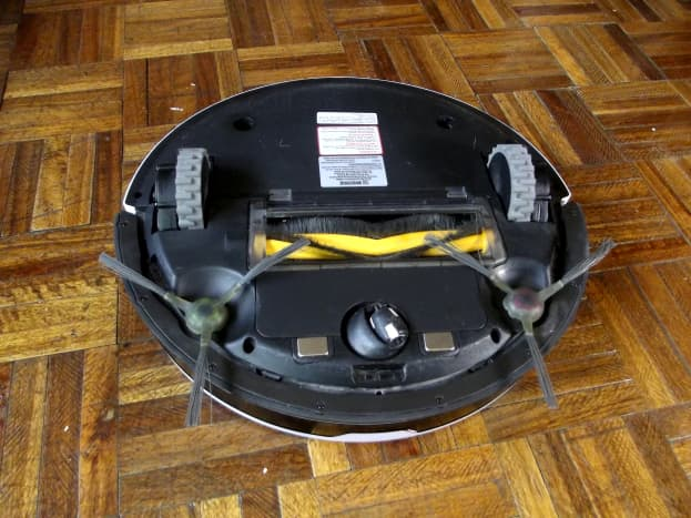 Ecovacs Deebot M88 equipped with main brush