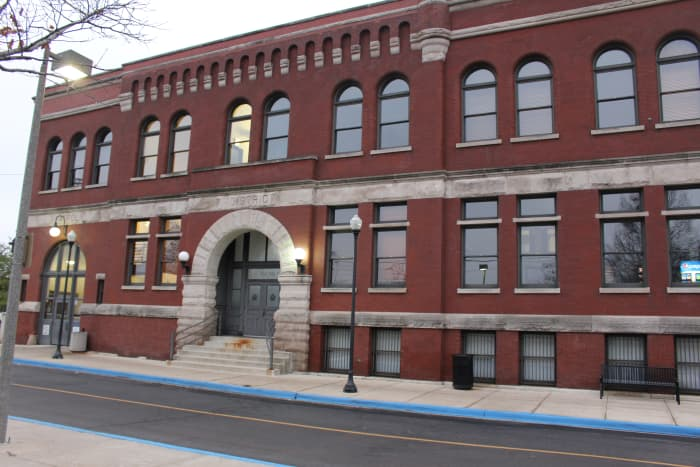 7th District Police Station as of December 2015. I might be wrong but isn't this also the precinct they filmed the pilot for Chicago PD? And maybe other episodes too, I wouldn't know since Dick Wolf won't out them on Netflix…