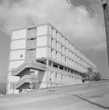 """""""Nieuwbouwflat met inpandige galerij en loopbrug in de vlakte van Jezreel bij Safad (Safed)"""" From the Dutch National Archives"""