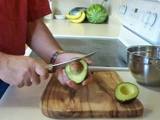 Remove the pit of the avocado