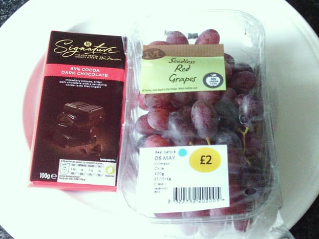 Dark chocolate and red grapes