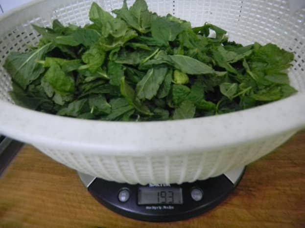 Pick off the leaves from the stalk and weigh 200g