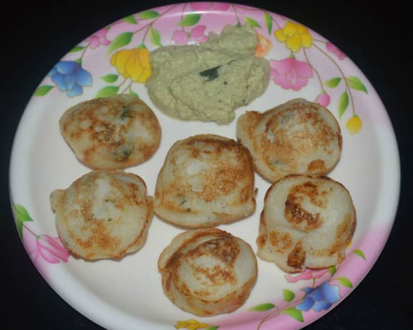Lentil and rice dumplings (gundpongal) with fried gram and coconut chutney