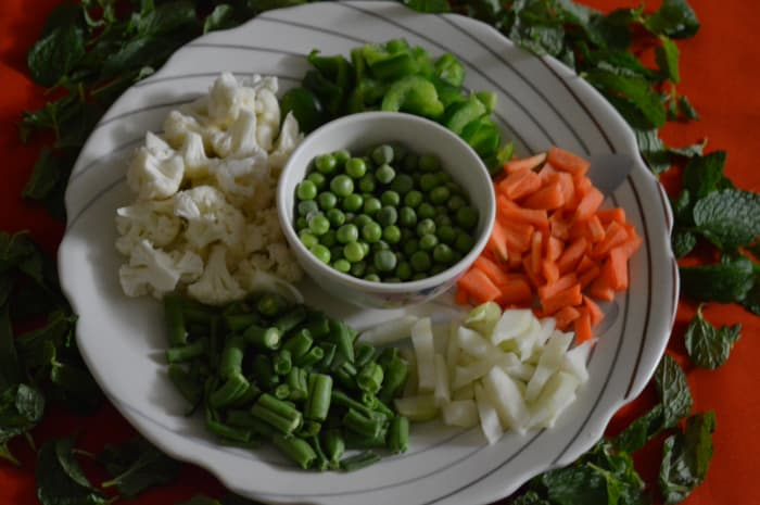 vegetarian-recipes-vegetable-pulao-with-mint-leaves