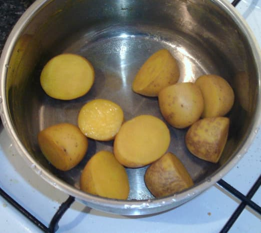 Turmeric boiled potatoes are left to cool