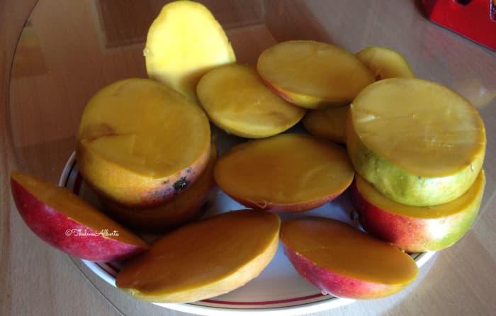 Cut mangoes.