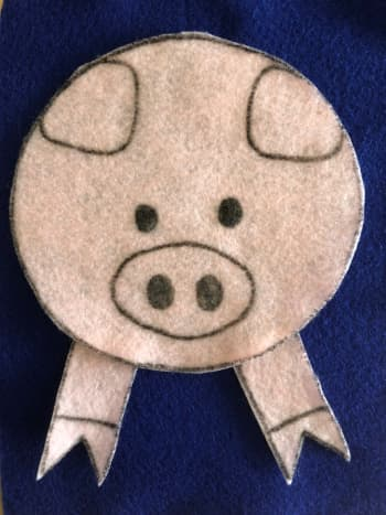 Cut out the pieces from pink felt. This side is the clean side of the pig.