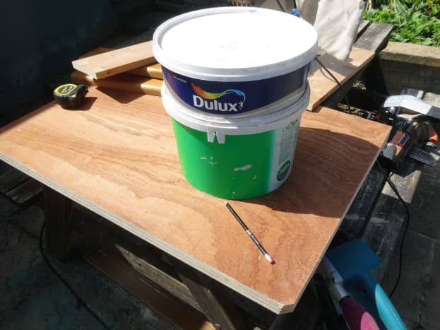 Using the base of an emulsion paint pot to mark out the curve I wanted for the inner curve of shelving.