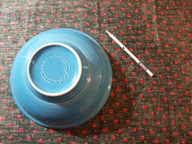 """Lay the bowl on the fabric and draw a circle around the rim, adding about 2"""" around the outside."""