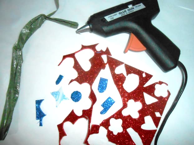 1. Straw (string), scraps of glittered foam paper, glue stick and glue gun