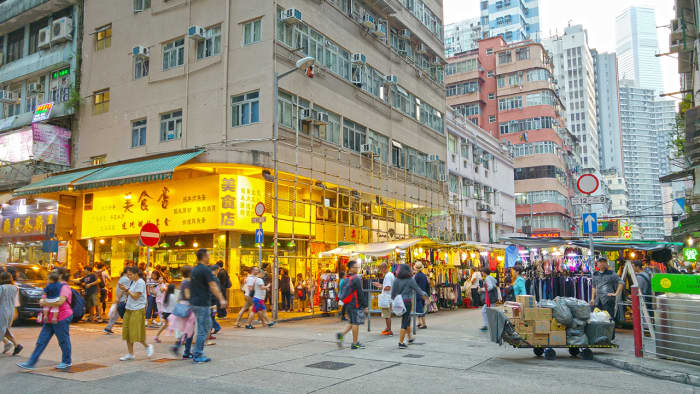 I began my latest visit at Bowring Street, which is a stone's throw away from Temple Street. From previous visits, I knew there were roadside stalls here too. These serve as a sort of appetizer for the rest of the evening.