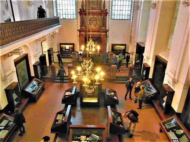 Klausen Synagogue interior.