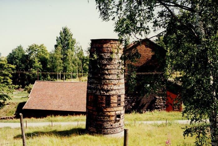 An ancient blast furnace near Smedjebacken.  Image courtesy Holger Ellgaard & Wikimedia Commons.