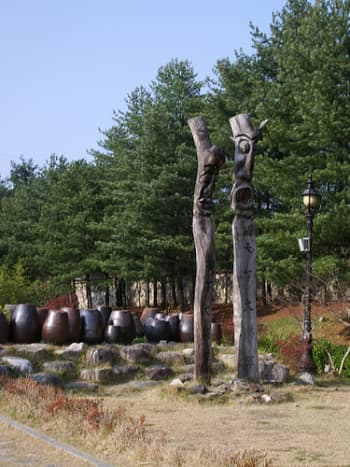 totem-poles-in-the-pacific-northwest-alaska-new-zealand-and-japan