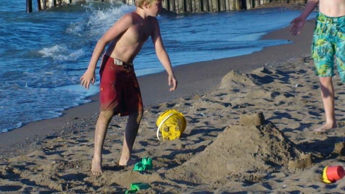 beaches-building-sandcastles