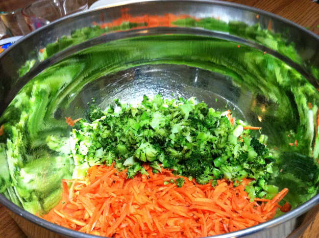 Shredded carrots & chopped broccoli in large mixing bowl.
