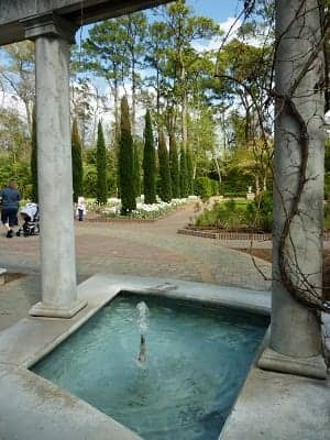Area with columns & fountains in the botanic gardens