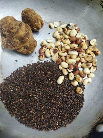 simili-urundai-a-healthy-ragi-laddu