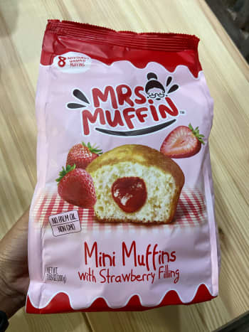 Mini muffins with strawberry filling