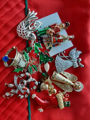 Here's a batch of mixed-theme Christmas pins from my collection.