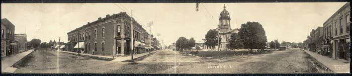 Panorama of Winterset, Iowa in 1907. The Madison County Courthouse is visible in the center right of the picture.