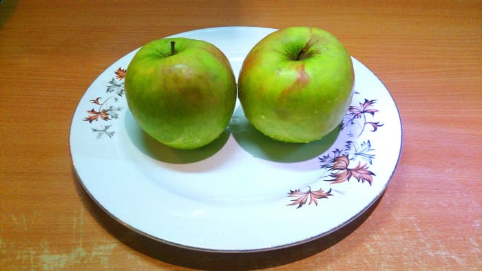 Take two middle-sized green apples