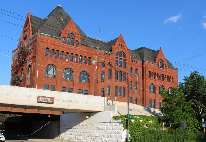 The old main building of Illinois Technical Institute. This picture was taken back in June 2017 so they (hopefully) gave it a new paint job since then.