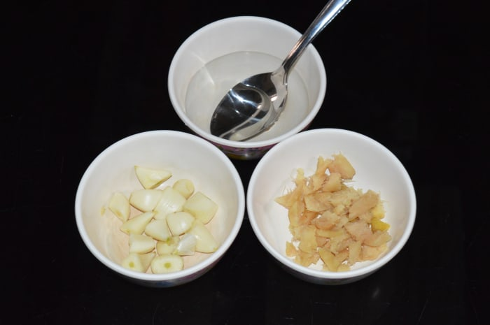 Step one: Roughly chop ginger and garlic after peeling the skin.