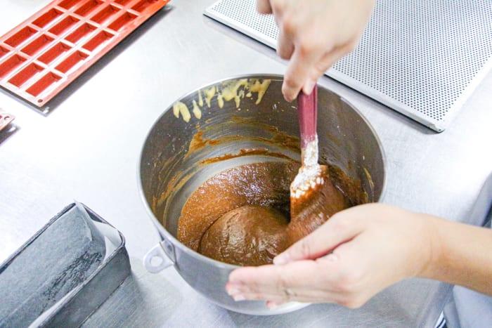 Mixing the rice flour and hazelnut powder (Step 2).