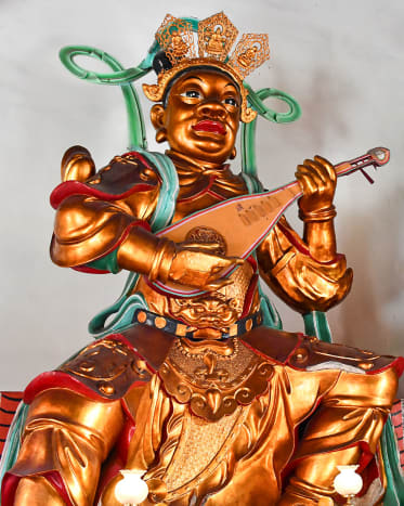 Chi Guo Tian Wang (The Eastern Heavenly King) with his magical pipa. The instrument/weapon is considered one of the most unique in Chinese legends.