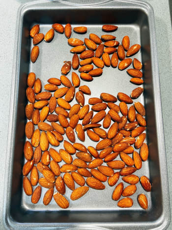 Roast the almonds on a pan in the oven for 10 minutes or until the oil has emerged on the skin. Set aside.