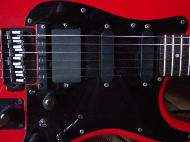 Humbucking pickup at Bridge, Single-coil pickup in middle, single-coil pickup at neck position