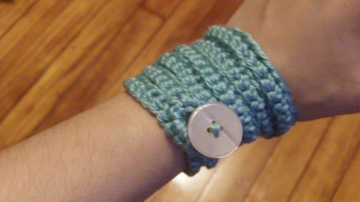 Crochet bracelet with button.