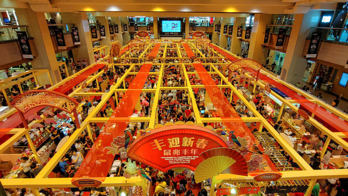 Many shopping malls host festive bazaars before Chinese New Year too. These tend to feature renowned caterers and hotel confectioneries, and can be extremely crowded too.