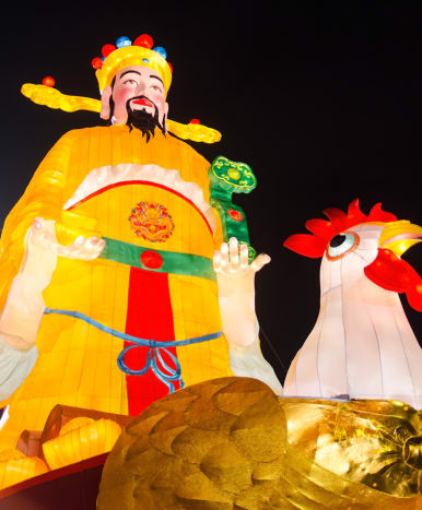 Huge festive lanterns are the main attractions of River Hongbao. This is the widely-beloved God of Money.