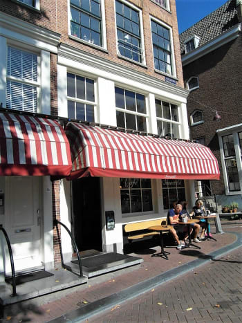 Corner setting of Sonnefeld Eetcafe.