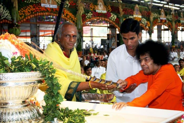 Swami performs the Prana Pratishta (life-instilling ceremony) for the Sai Sundareshwara Lingam at Chennai at the start of the Athi Rudra Mana Yagna,