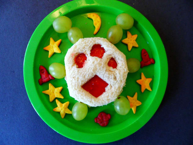 An alien sandwich with space themed goldfish crackers.