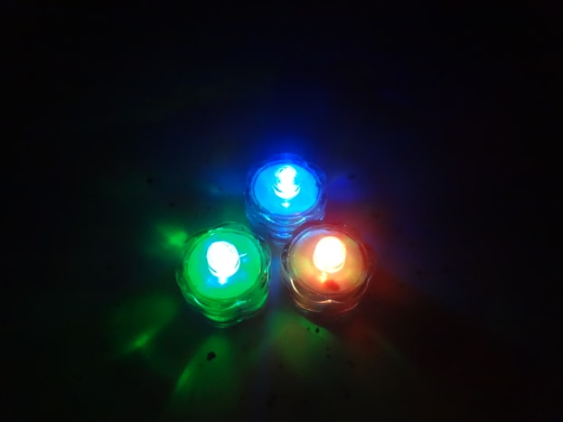 Color changing submersible LED tea lights