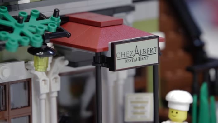 LEGO Creator Parisian Restaurant Modular Building | On the ground floor on the outside, we have printed elements: the name of the restaurant on the front and the menu which is the new printed element.