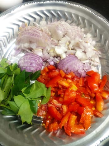 onion,tomato,curry leaves