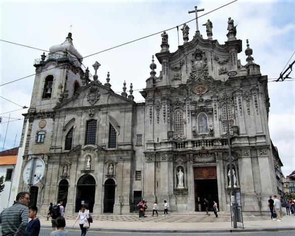 Igreja dos Carmelitas (left) and Igreja do Carmo (right).