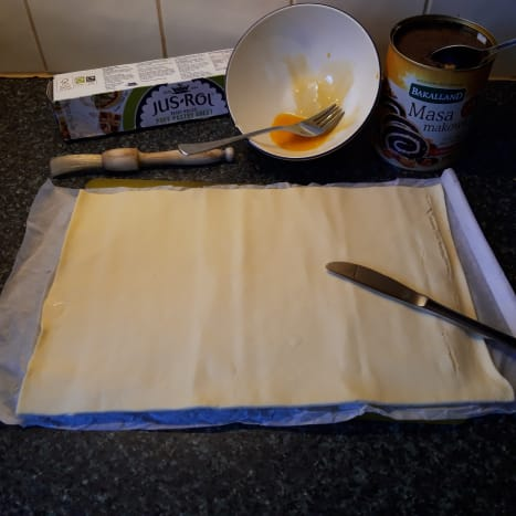 Ingredients: puff pastry, poppy seed filling, egg yolk