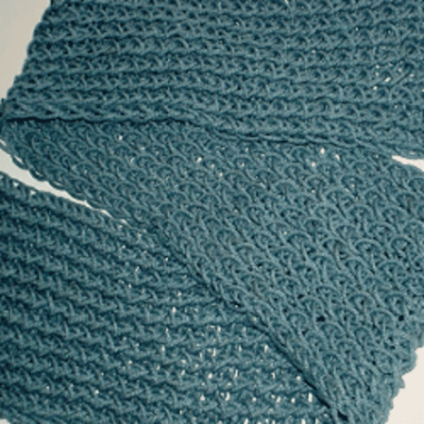 A figure eight scarf in blue, done with only one yarn, yields a light-weight and airy feel.