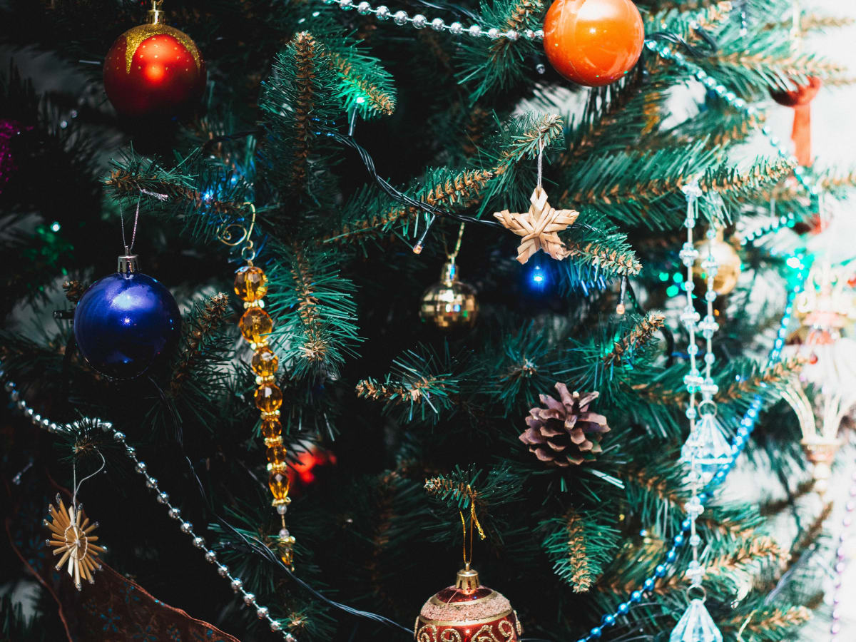 Christmas Tree Themes From Angels And Birds To Wine And Roses Holidappy Celebrations