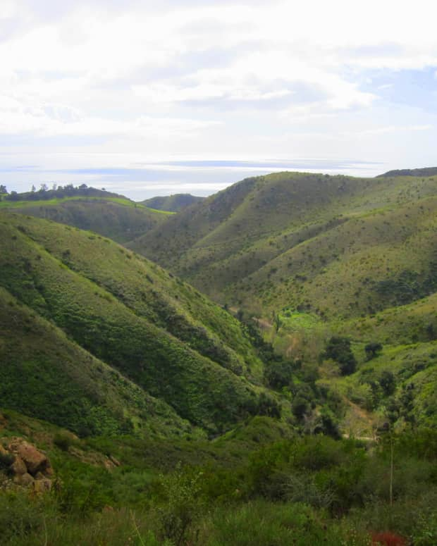 hiking-near-los-angeles-santa-monica-mountains-national-recreation-area