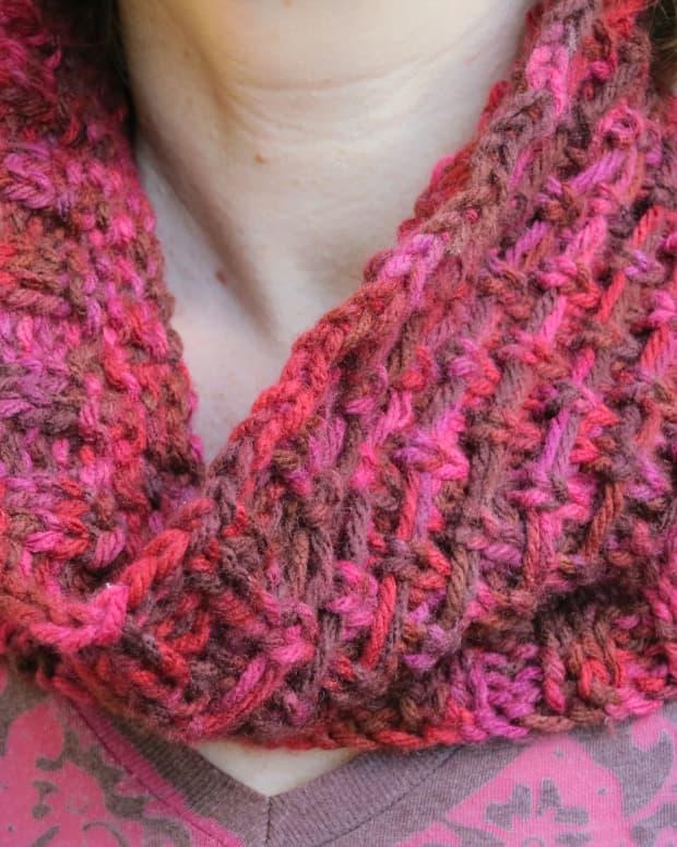 free-knitting-pattern-reindeer-tracks-cowl